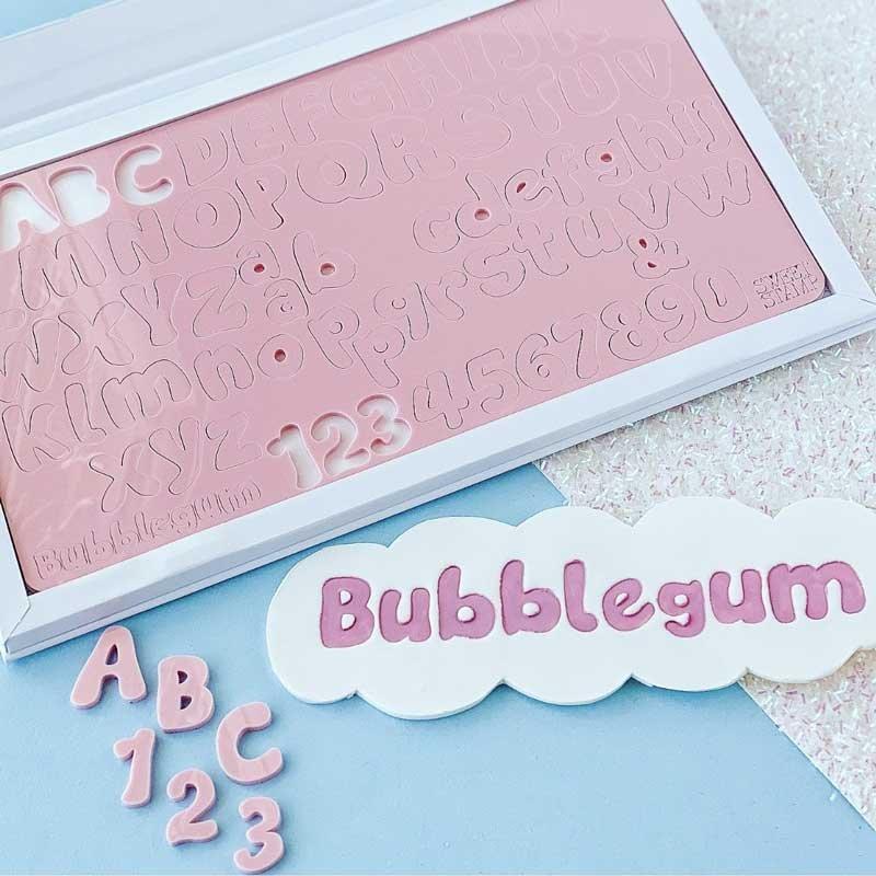 Embosseur BUBBLEGUM Majuscules, minuscules, nombres et symboles Sweet Stamp
